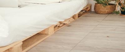 Van pallets een bank of bed maken